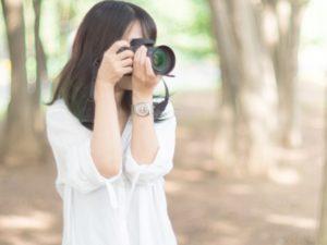 写真を撮る女性②